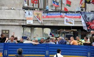 Des civils insurgés quittent le siège du gouvernement régional à Donetsk, investi par des combattants prorusses armés, le 30 mai 2014