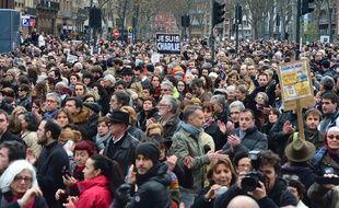 Ce samedi, 120.000 personnes ont marché en silence dans les rues de Toulouse pour la défense de la liberté d'expression et contre la barbarie.  AFP PHOTO / ERIC CABANIS