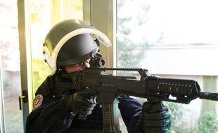 Le fusil d'assaut HK G36, présenté par Bernard Cazeneuve, le ministre de l'Intérieur, à Paris, le 29 février 2016.