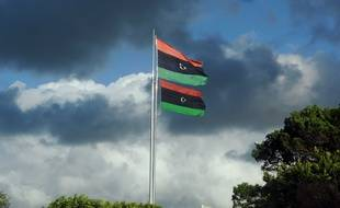 Le drapeau lybien flotte sur le place des Martyrs à Tripoli en 2011