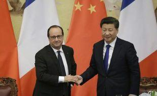 Les présidents français François Hollande (g) et chinois Xi Jinping à Pékin, le 2 novembre 2015