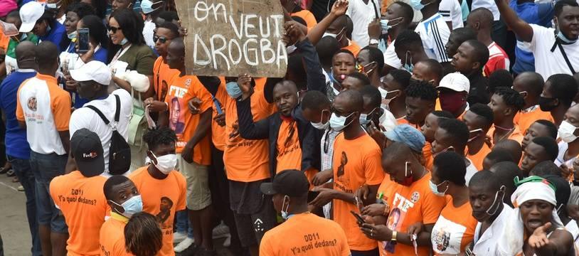 Des partisans de Didier Drogba venus soutenir sa candidature devant la Fédération ivoirienne de football, à Abidjan le 1er août 2020.