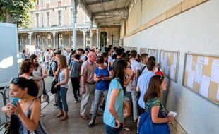 Des élèves d'un lycée de Dijon découvrent les résultats du baccalauréat en 2014