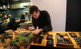 Le chef triplement étoilé Alexandre Mazzia dans son restaurant AM.
