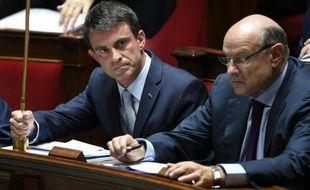 Le Premier ministre Manuel Valls (g) à l'Assemblée Nationale, le 30 juin 2015