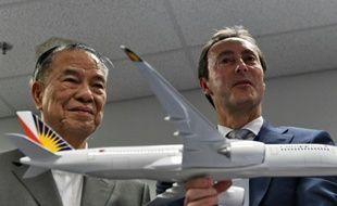 Le président de Philippine Airlines Lucio Tan (g) et d'Airbus Fabrice Bregier, après avoir signé un accord d'achat, le 17 février 2016 à Manille