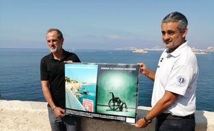 Marc Carrère et Stéphan Cambrous présentent l'affiche réalisée par un élève pour une meilleure prévention face au plongeons depuis la corniche à Marseille.