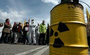 Des activistes français et allemands prennent part à une commémoration de la catastrophe de Tchernobyl, à Strasbourg, le 24 avril 2016
