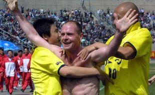 Paul Gascoigne tout content après avoir marqué un but à Lanzhou, le 29 mars 2003.