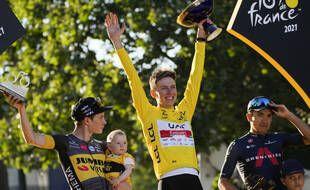 Pogacar remporte son deuxième Tour de France devant Vingegaard et Carapaz.