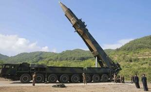 Kim Jong-un assiste aux préparatifs du lancement d'un missile Hwasong-14, en juillet 2017.