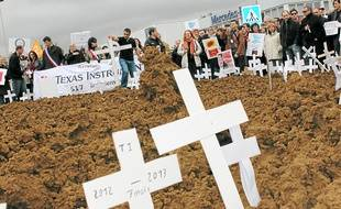 """Les manifestants ont planté des croix symbolisant leur """"cimetière à emplois""""."""