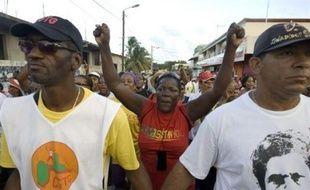 """Le blocage semblait total dimanche dans les Antilles françaises, où le ton est monté après près de quatre semaines de grève contre """"la vie chère"""", rien ne semblant en voie de relancer rapidement les négociations."""