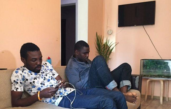 Un Nigérian de 25 ans, Sodiq Olamilekan (à gauche), est assis à côté de son frère Ismail, 21 ans, dans leur chambre dans une auberge de Moscou, le 12 juillet 2018.