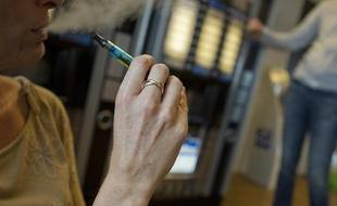 Illustration cigarette électronique au bureau, le 6 octobre 2013.