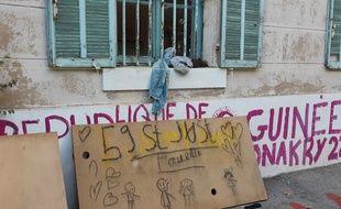 Un dessin d'enfant à l'entrée du squat du 59 Saint Just, à Marseille, en novembre 2019.