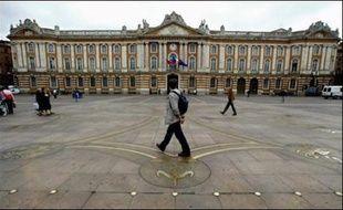 """Une jeune femme a confié son bébé de quatre mois dans un landau à quatre jeunes gens rencontrés samedi soir dans un parc public de Toulouse """"pour aller acheter des cigarettes"""" avant de disparaître"""