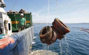 Des pneus sont retirés de la mer Méditerranée le 12 mai 2015 au large de Vallauris Golfe-Juan dans le sud-est de la France