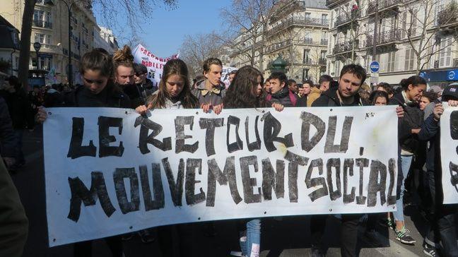 Des lycéens et de étudiants manifestent à Paris contre la loi El Khomri, le 17 mars 2016.
