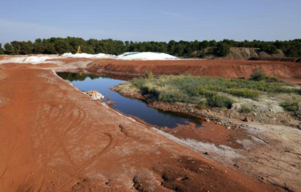 """Des """"boues rouges"""", issues des résidus de bauxite, près de Gardanne, dans les Bouches-du-Rhône, le 8 octobre 2010 – Anne-Christine Poujoulat AFP"""