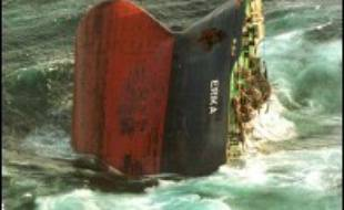 Sept ans après la marée noire qui ravagea 400 km de côtes françaises, le procès du naufrage de l'Erika s'ouvre lundi à Paris pour tenter de démêler les responsabilités des armateurs, de l'affréteur Total et des secours.