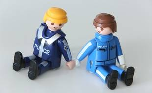 Deux figurines playmobil, main dans la main