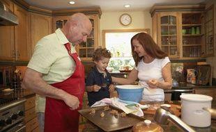Une famille dans sa cuisine.