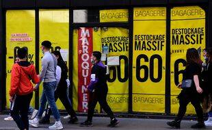 Photo illustration gens et magasin Soldes. Lyon, le 28 fevrier 2021