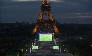 La fan zone du Champ de Mars à Paris lors de l'Euro 2016.