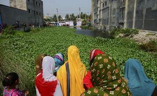 Des bangladais se rassemblent devant le lieu où se tenait l'immeuble Rana Plaza, qui s'est effondré sur plus d'un millier d'ouvriers textiles.