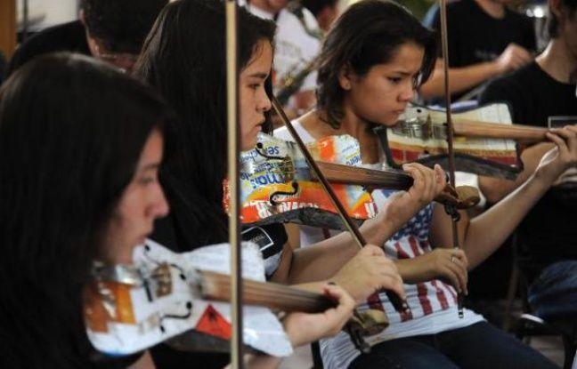 Les musiciens de l'orchestre symphonique de Cateura lors d'une répétition à Asuncion le 19 février 2014