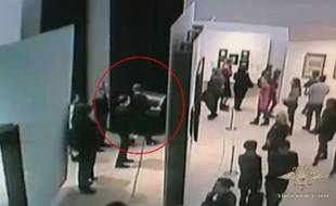 Un homme vole un tableau dans un musée de Moscou, dimanche 27 janvier 2019.