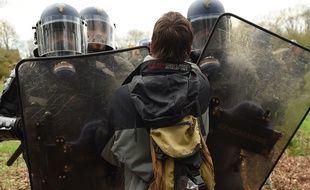 De nouveaux heurts ont éclaté mardi 10 avril au matin entre les forces de l'ordre et les occupants illégaux de la ZAD de Notre-Dames-des-Landes qui entendent défendre leurs positions.