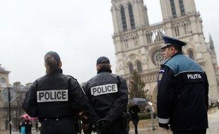 """Quand il apparaît sur le parvis de Notre-Dame de Paris, le policier roumain Gelu Manolescu, avec son uniforme marine frappé du sigle """"Politia"""", produit toujours son effet: une poignée de jeunes Roumaines tourne brusquement les talons et se réfugie de l'autre côté de la Seine."""