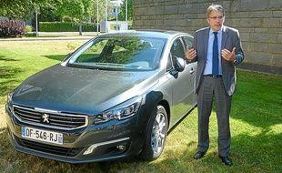 Michel Gombaud, chef de projet, devant la nouvelle version de la Peugeot 508.