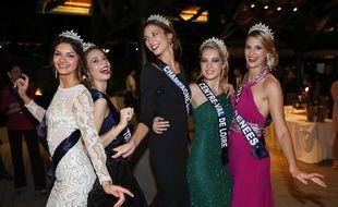 Miss Champagne Ardenne, Miss Midi Pyrenees, Miss Centre Val de Loire, Miss Bourgogne et Miss Poitou Charentes 2016 lors de la soirée officielle des candidates à Miss France 2017.