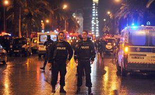 Des policiers tunisiens sur l'avenue Mohamed V après l'attaque terroriste du 24/11/2015.