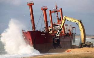Le démantèlement du cargo TK Bremen sur la plage d'Erdeven, dans le Morbihan, a commencé samedi 7 janvier.
