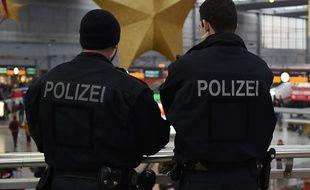 Illustration de deux policiers allemands.