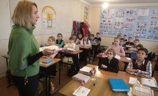 Des élèves écoutent leur professeur dans une école de Donetsk, le 18 novembre 2014