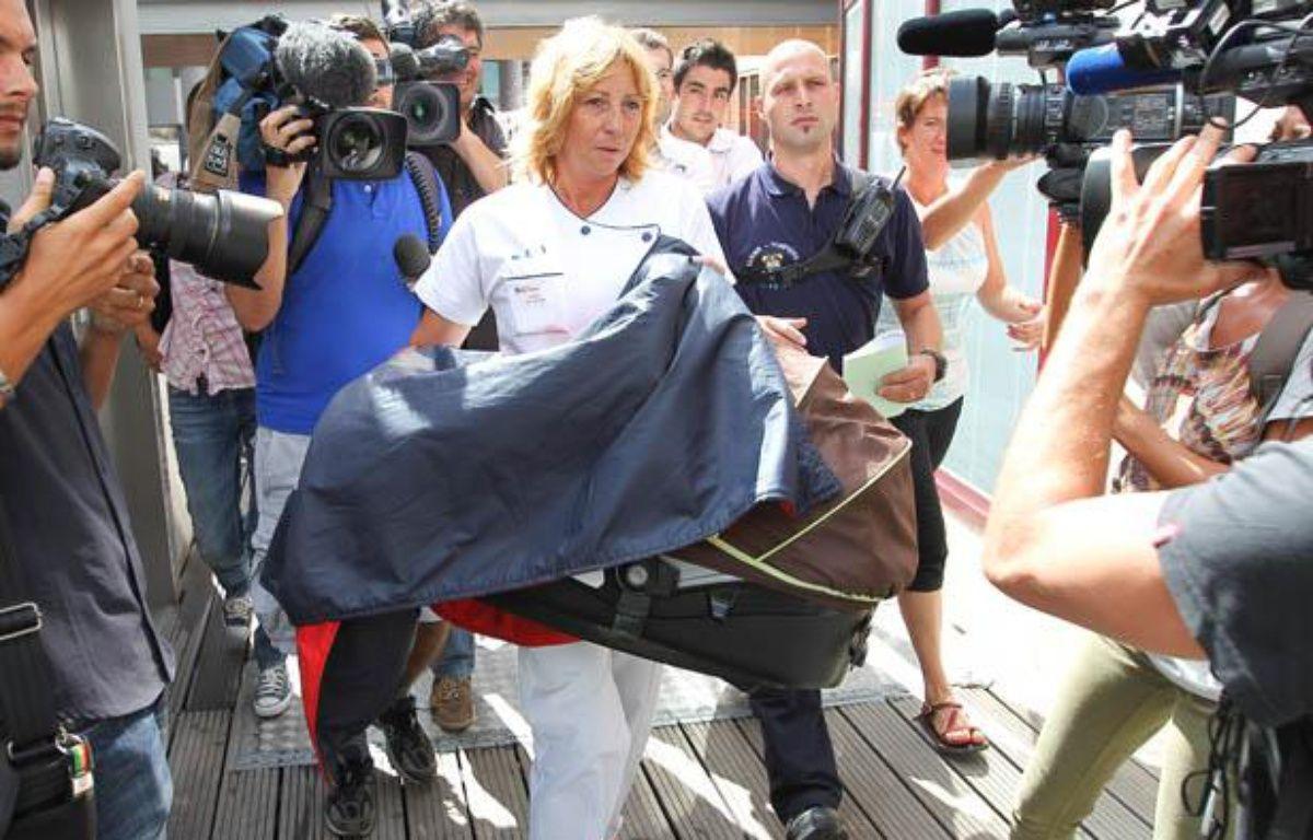 Une infirmiere ramène dans un couffin le nourisson qui avait été enlevé dans la nuit, le 28 aout 2012 à l'hopital Saint Joseph de Marseille. – P. MAGNIEN / 20 MINUTES