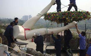Des ouvriers démantèlent une statue dans un parc à thème sexuel en Chine, démoli avant d'avoir pu ouvrir, le 16 mai 2009.