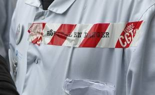 Paris le 04 novembre 2013. Devant le fronton de l'Hotel Dieu des opposants a la fermeture du service d'accueil des urgences.