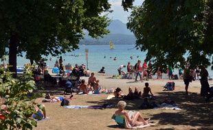 Annecy Haute Savoie le 23/07/2020 : Les plages du lac d'Annecy prise d'assaut par les touristes malgré la crise sanitaire du coronavirus.