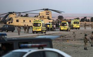 Les équipes de secours sur le site du crash de l'A321 de Metrojet dans le Sinaï égyptien le 31 octobre 2015.