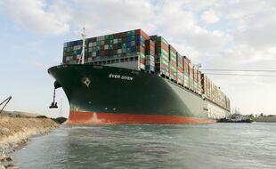 Une photo du service de presse du canal de Suez montre le blocage de l'Ever Given, le 28 mars 2021.