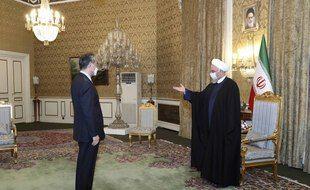 Le président iranien Hassan Rohani accueillant le ministre des Affaires étrangères chinois Wang Yi.