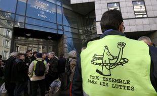 Des cheminots du syndicat SUD-rail devant le Conseil de prud'hommes des Paris, le 12 mars 2015
