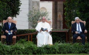 Le Pape François est assis entre Mahmoud Abbas (droite) et Shimon Peres (gauche) dans les jardins du Vatican le 8 juin 2014