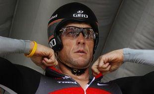 L'ancien coureur cycliste Lance Armstrong, lors d'un contre-la-montre, à Bordeaux, le 14 juillet 2010.